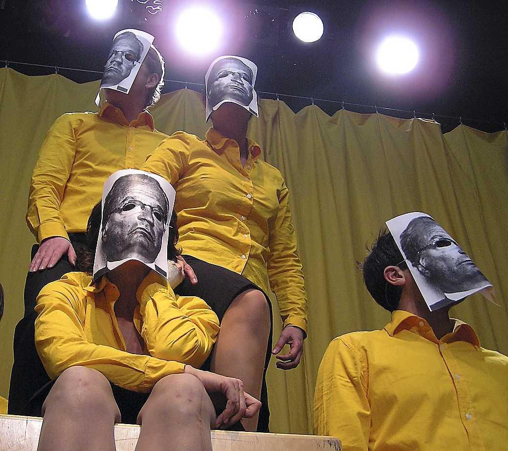 """Pjäsen """"Skjut då, Varuhus!"""" på Teater Tribunalen."""