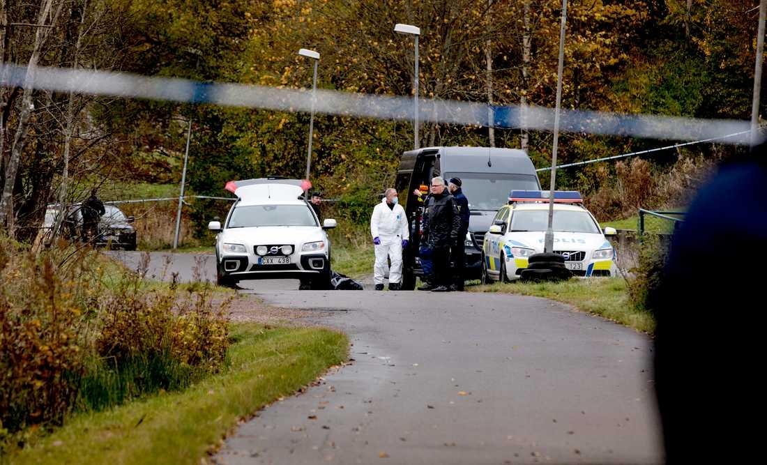 En man hittades död i ett  dike i utkanten av Göteborg.