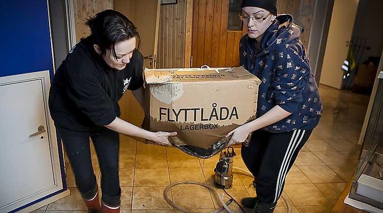 Linda Bohlin och hennes syster Mikaela Andersen försöker rädda sitt hus från den kraftiga störtfloden i Skåne.