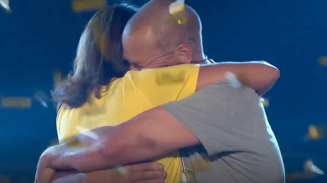 "Erik Hörstadius kramar om Alexandra Zazzi efter finalen i ""Biggest loser VIP""."