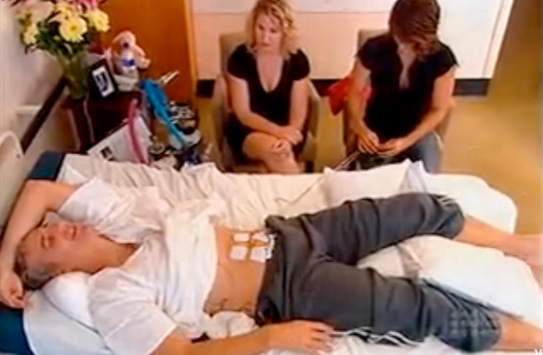 """Läkaren Andrew Rochford testar förlossningsvärkar i australiensiska hälsoprogrammet """"What's Good For You""""."""