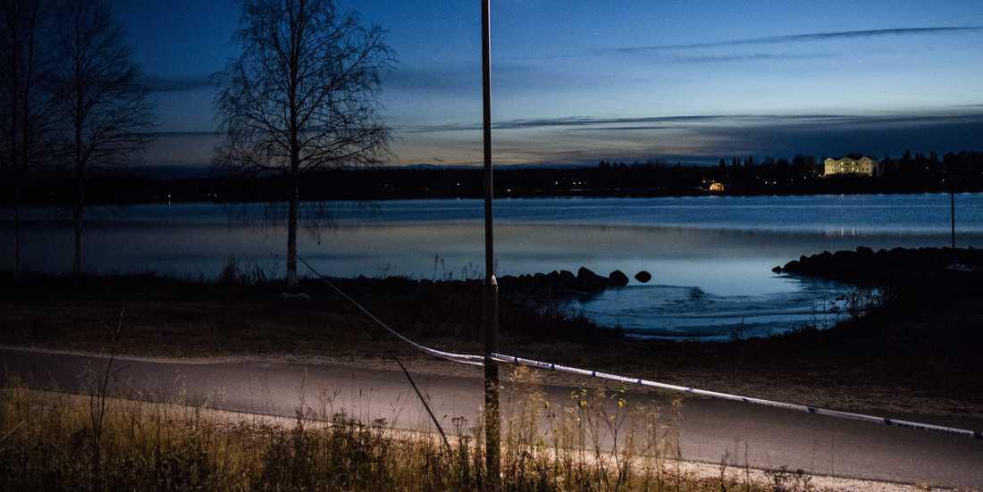 Här i Kalixälven såg en hundägare något som verkade vara människoben. Hundägaren ringer 112. Polisen hittade senare även offrers armar och huvud i vassen. Yxan som användes vid dådet hittades dagen efter.