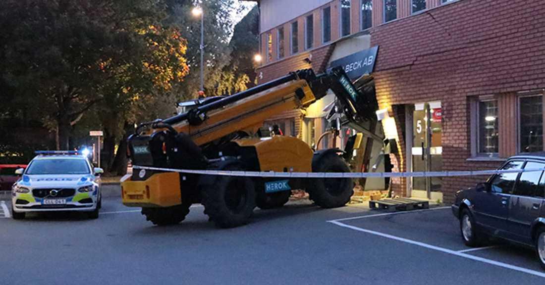 Ett tungt fordon användes som murbräcka för att ta sig in i lokalen