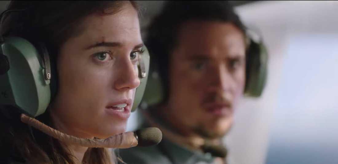 "Allison Williams och Alexander Dreymon i ""Horizon line""."