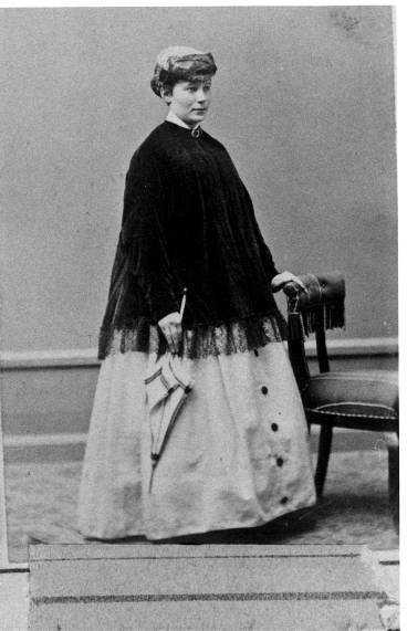 då Anna Maria Nilsson skrevs in som prostituerad den 30 april 1869. Fotot är taget på en ateljé eftersom polisen inte hade någon egen fotograf.