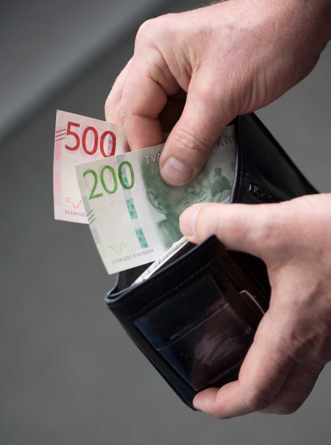 För den enskilde handar det om 1600 kronor mer i plånboken varje år.