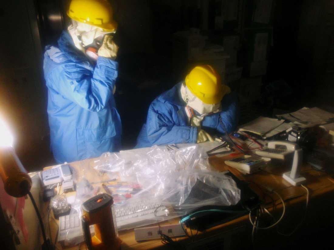 Personal samlar in data i kontrollrummet för reaktor 1 och 2.