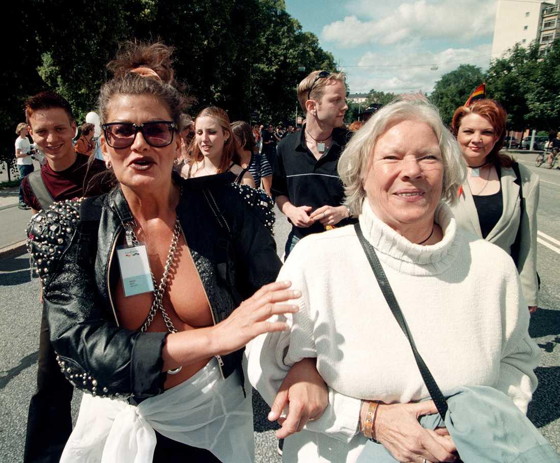 1998 Birgitta Stenberg tillsammans med journalisten Susanna Backman i Europride-tåget, 1998.