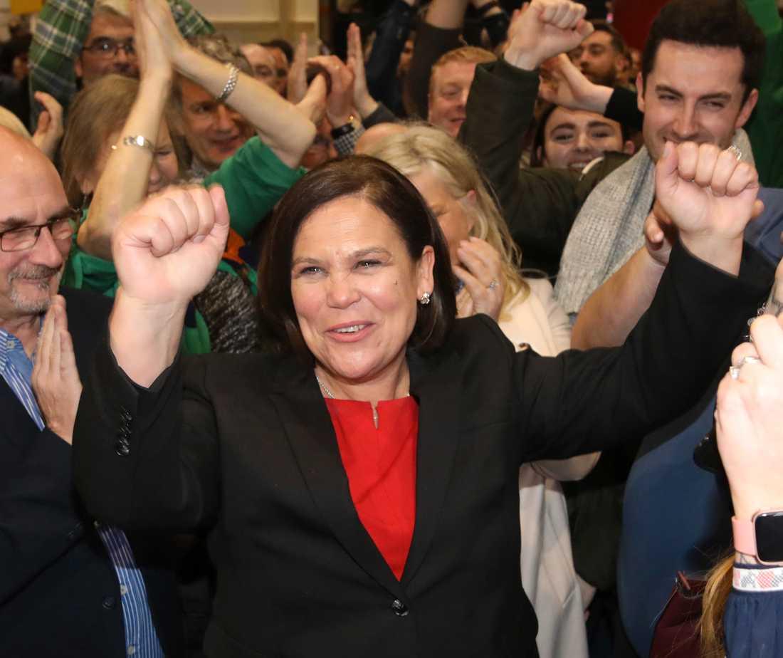 Sinn Féins ledare Mary Lou McDonald firar med sina anhängare i Dublin efter söndagens val.
