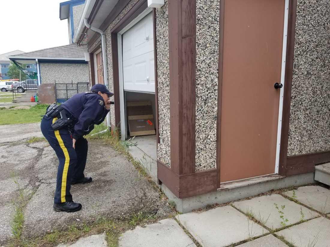 En polis söker igenom en byggnad i jakten på de misstänkta trippelmördarna.
