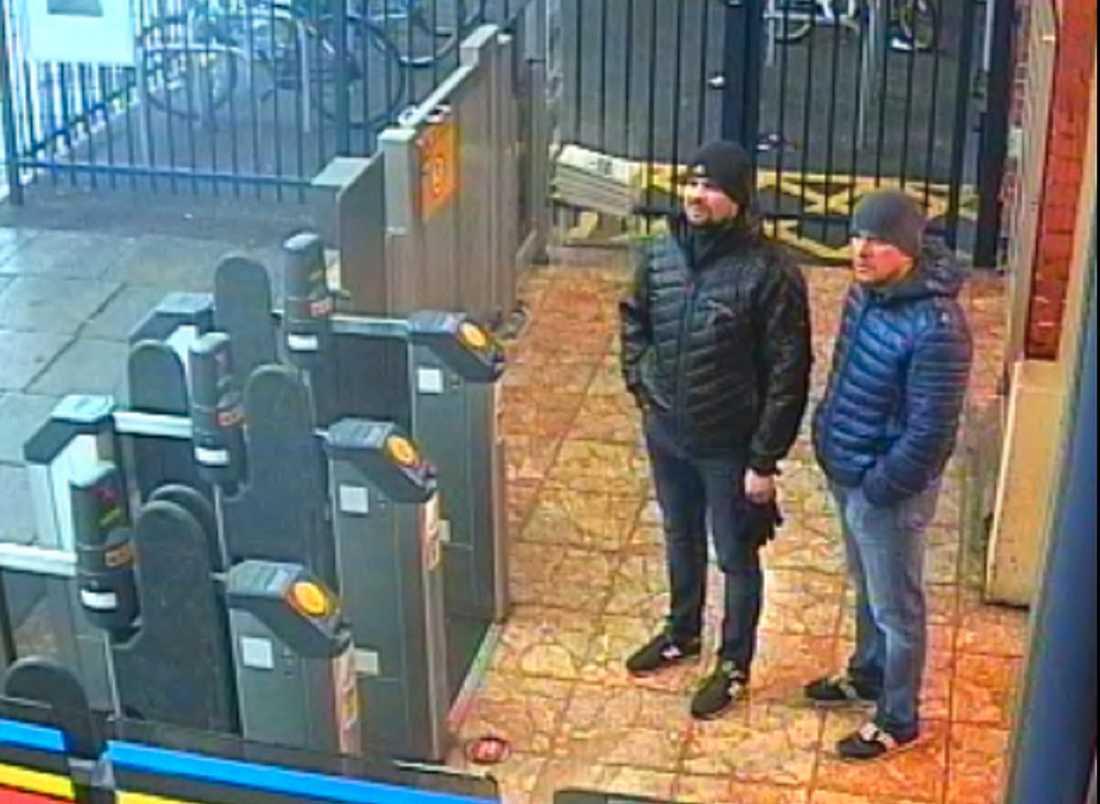 Ruslan Bosjirov och Alexander Petrov på järnvägsstationen i Salisbury. Bilden är från en övervakningskamera.