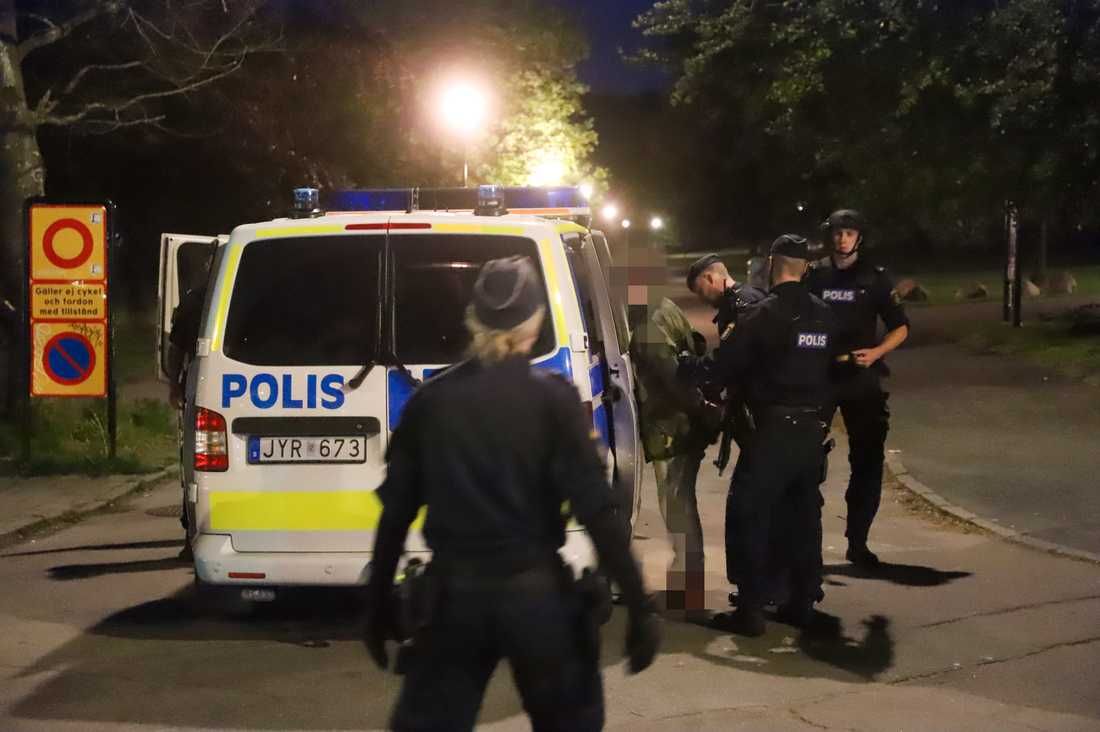 En man grips av polis i anslutning till Slottsskogen i Göteborg.