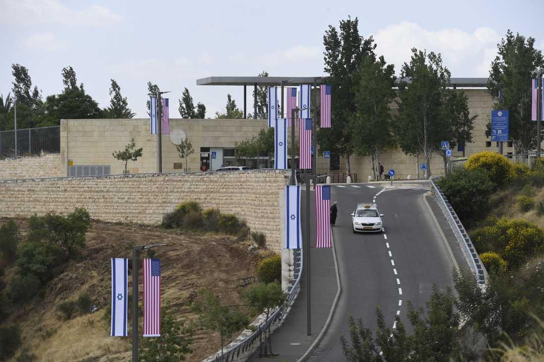 Ambassaden och området omkring pyntas med flaggor och blommor i USA:s färger.
