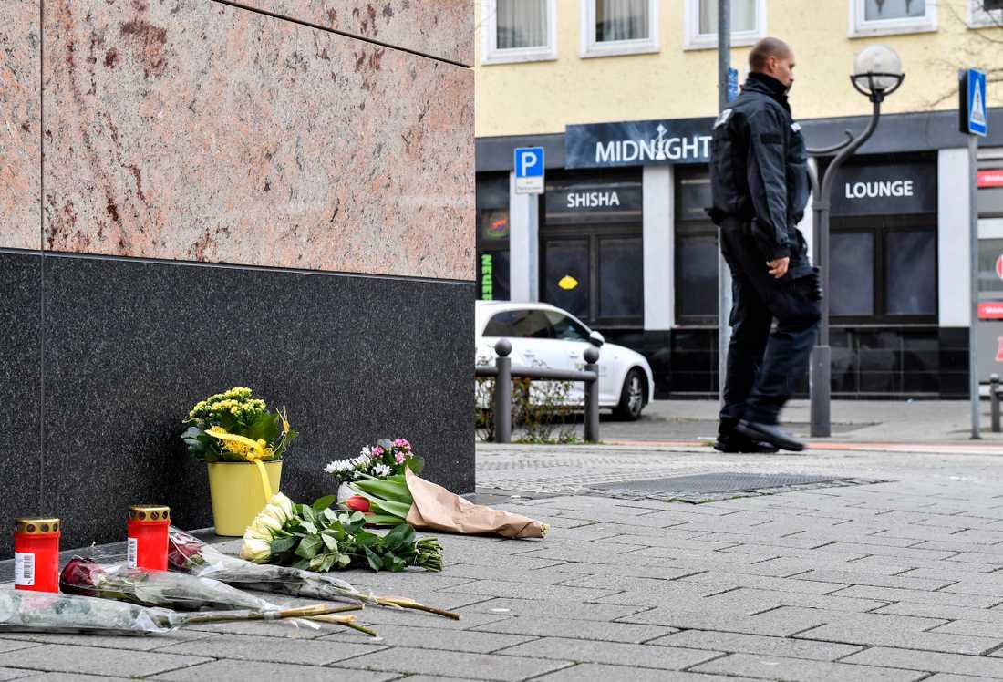 Blommor framför en av de platser där flera personer sköts ihjäl i Hanau i Tyskland.
