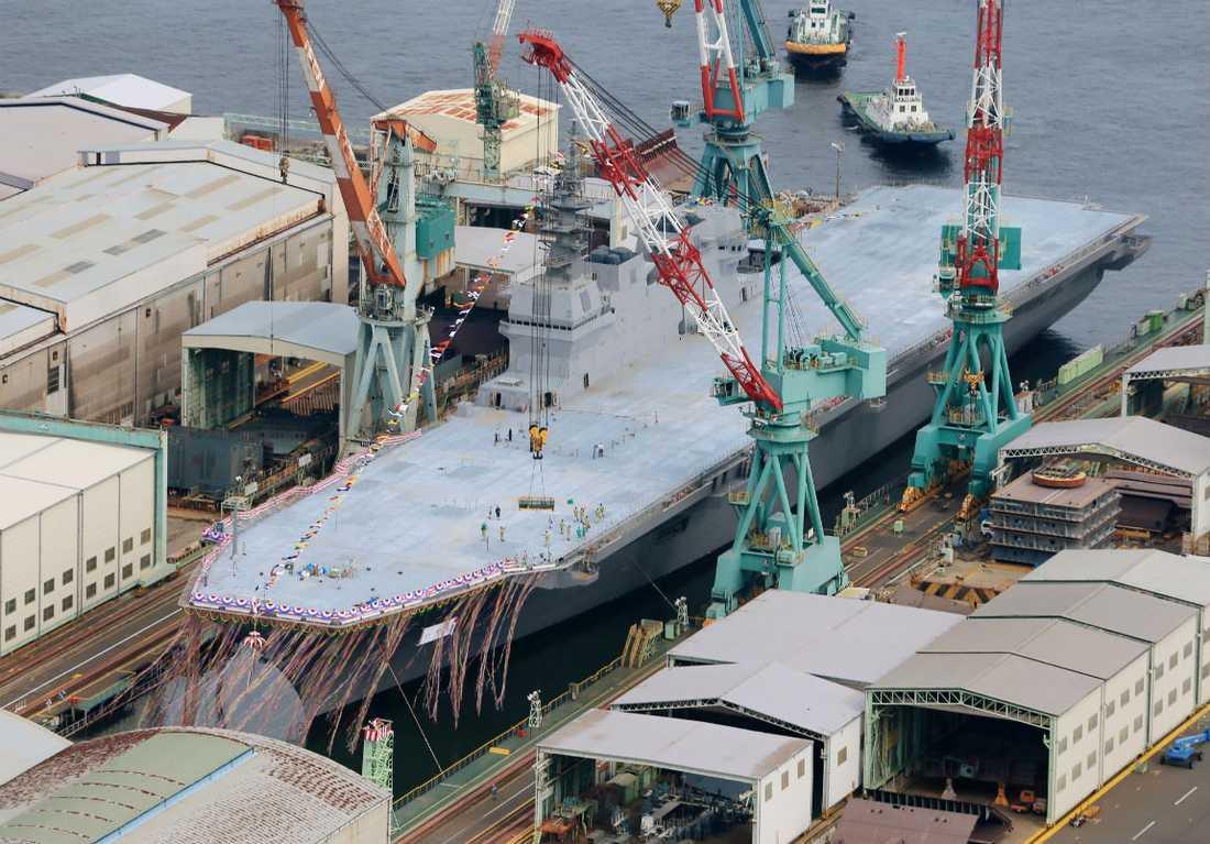 BJÄSSE Izumo kan bära upp till 14 helikoptrar.