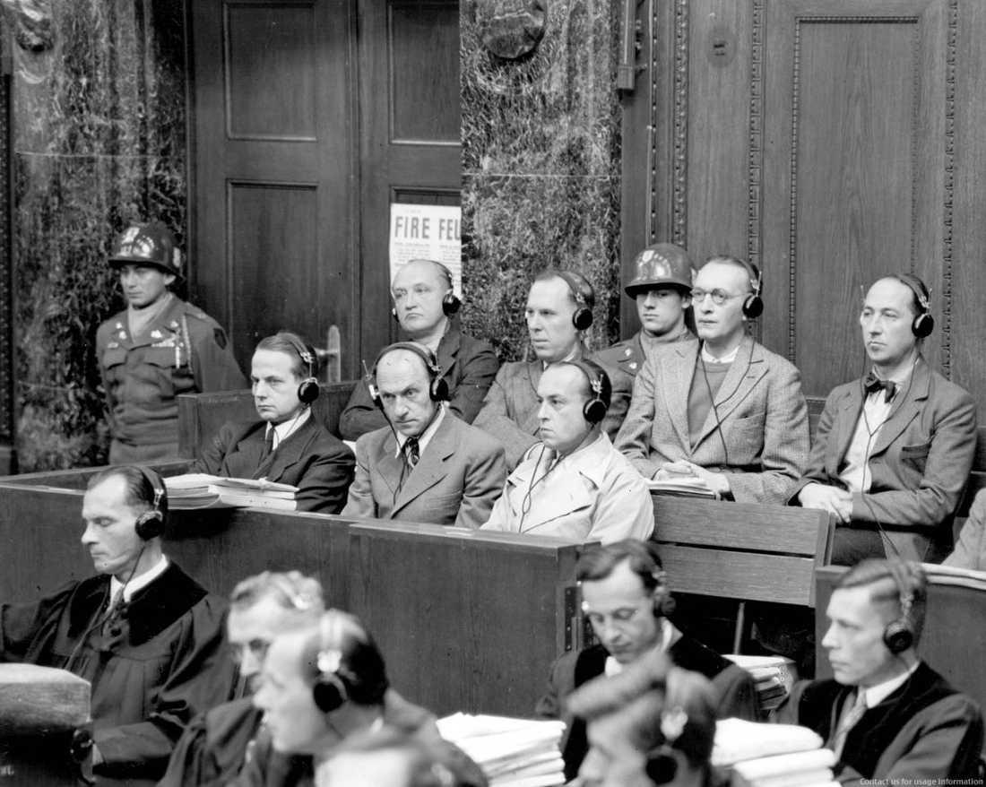 Nürnbergrättegången mot Otto Ohlendorf (t v) och 23 andra SS-officerare som deltagit i östfrontens insatsgrupper inleddes den 27:e september 1947.