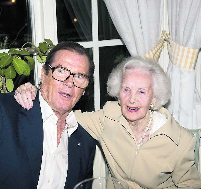 Lilian med skådespelaren Roger Moore 2007.