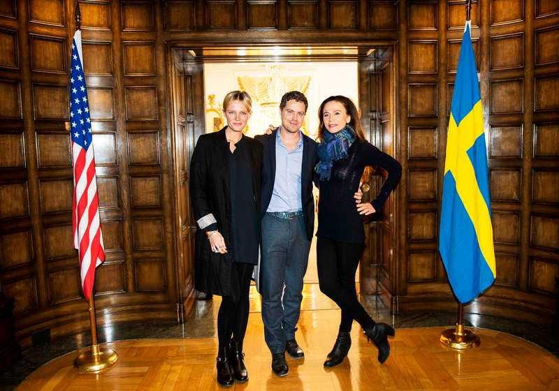 "Josephine Bornebusch, Greg Poehler och Lena Olin i ""Welcome to Sweden""."