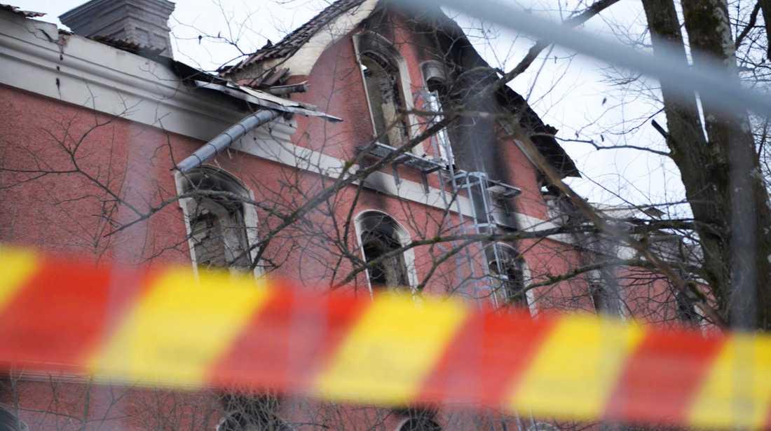 Nio familjer förlorade sina hem när huset brann.