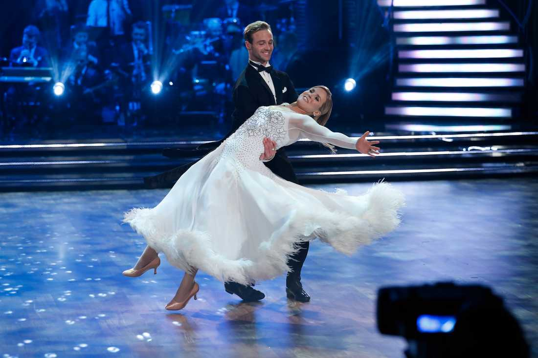 Anja Pärson trotsar sjukdomarna på dansgolvet.