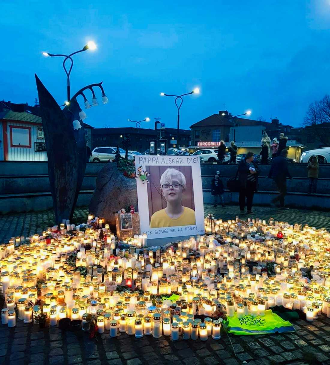 Dantes pappa tackade alla som engagerat sig med en skylt på torget i Falkenberg. Hundratals ljus har tänts till minne av Dante.