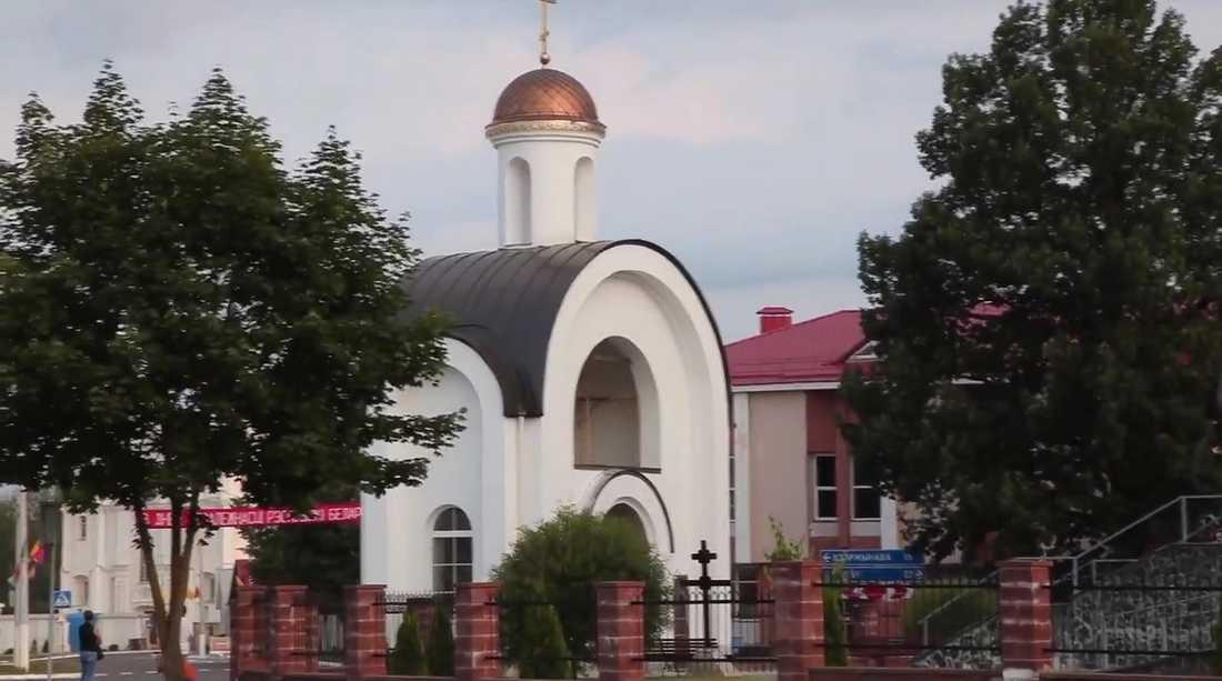På Youtube-filmen ser man en banderoll på vitryska och en vägskylt.