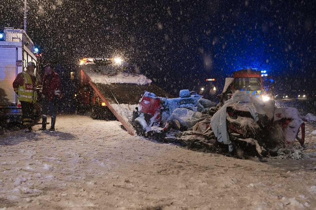 totalförstörd Fem personer omkom då en personbil fick sladd i ett möte med en lastbil på väg E20 vid Skogsbo utanför Vara. Förhållandena vid olycksplatsen var mycket svåra på grund av kraftigt snöfall och djup snömodd på vägen. foto: TORBJÖRN AXELSSON