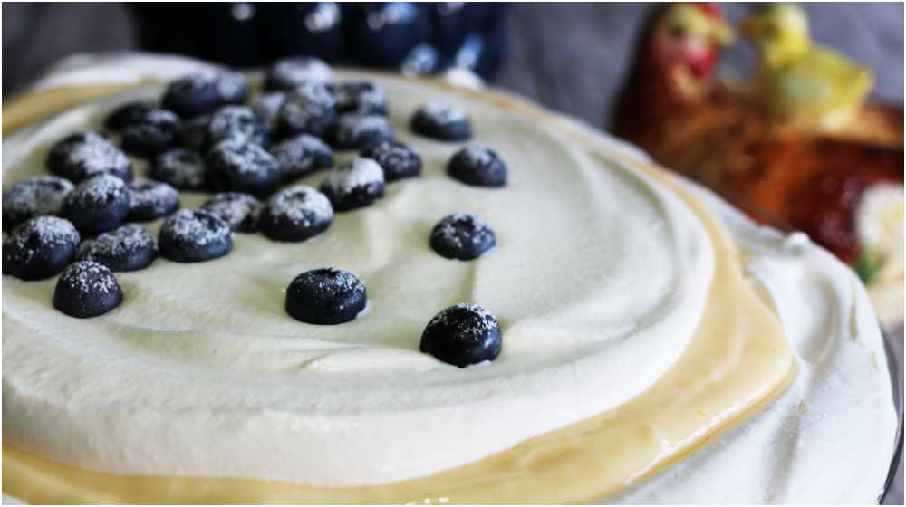 Pavlova med blåbär och lemon curd.