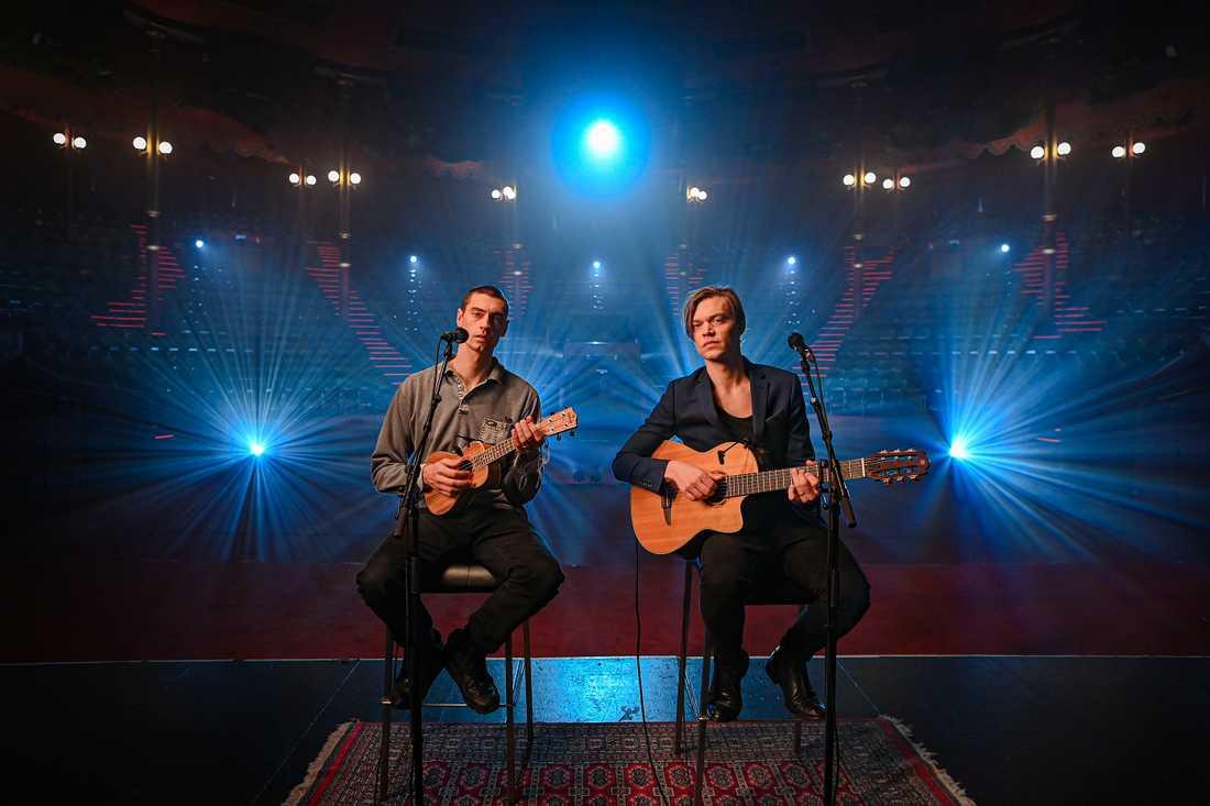 Gustaf och Viktor Norén inledde Svenska hjältar-galan 2020 med en hyllning till Vårdpersonalen.