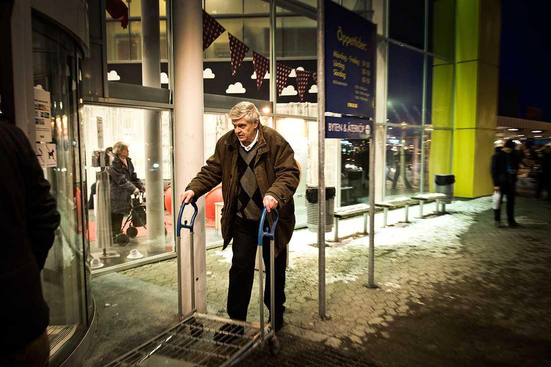 GÖRAN LINDBERGS FÖRSTA STEG SOM FRI MAN Före detta polischefen släpptes på lördagen fri från fängelse efter fyra års avtjänat straff. Han firade med en shoppingtur – till Ikea och Clas Ohlson.
