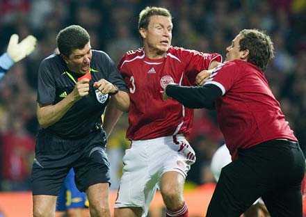 stormade planen Attacken från 29-åringen som ledde till att matchen Danmark–Sverige bröts och där Sverige tilldömdes segern med 3–0.