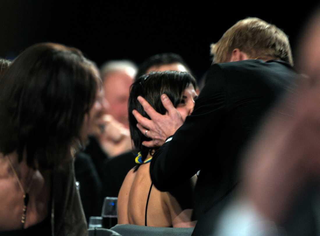 Programledaren Peter Settman kysser Charlotte Kalla på Idrottsgalan 2008.
