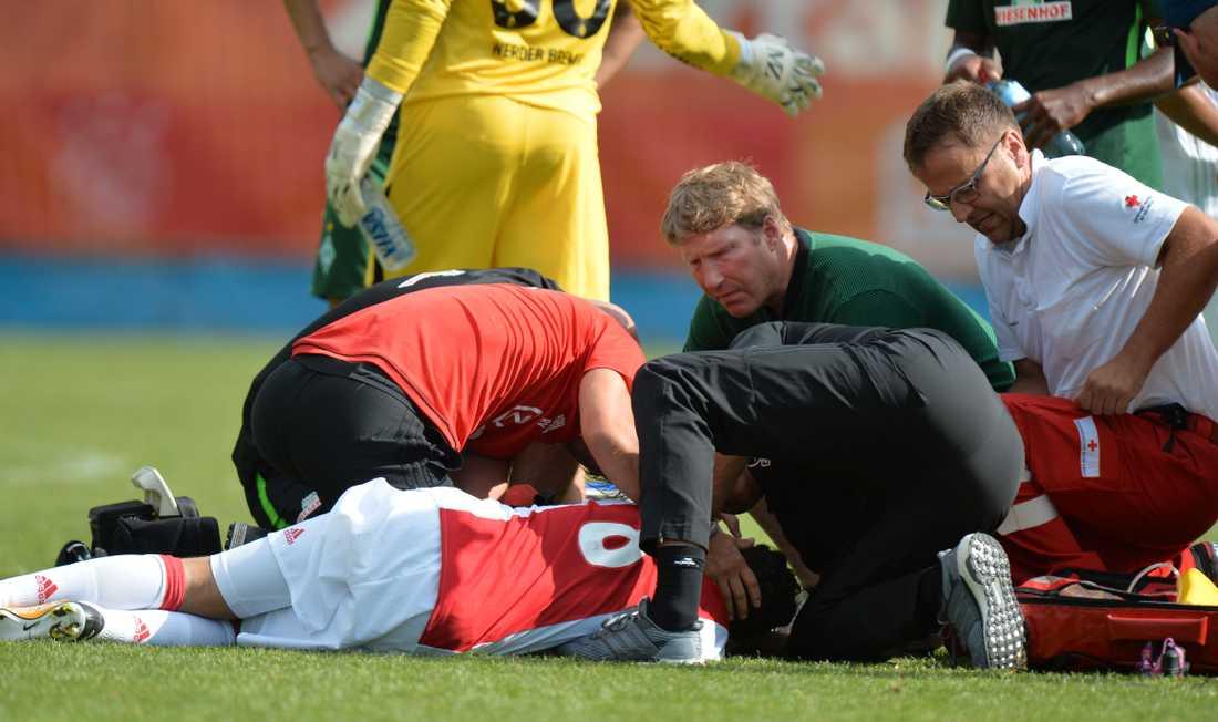 Nouri kollapsar på plan under en träningsmatch i juli förra året.