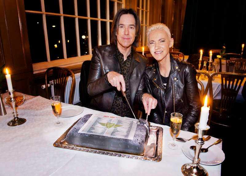 """Dubbeltårta. I går högg Marie Fredriksson och Per Gessle i tårtan för att fira att """"The look"""" fyller 25 år.  Foto: PETER WIXTRÖM"""