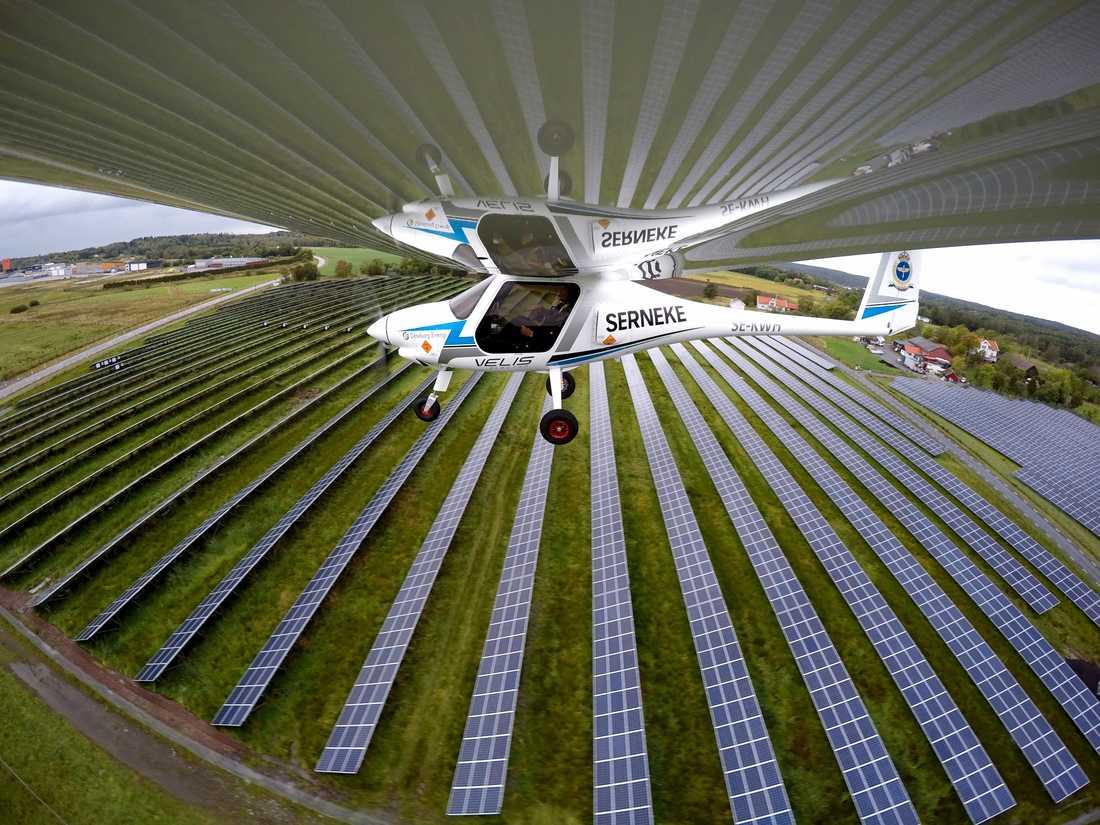 Elflygplanet Pipistrel Velis Electro på väg att landa på Säve flygplats där solpanelerna finns.