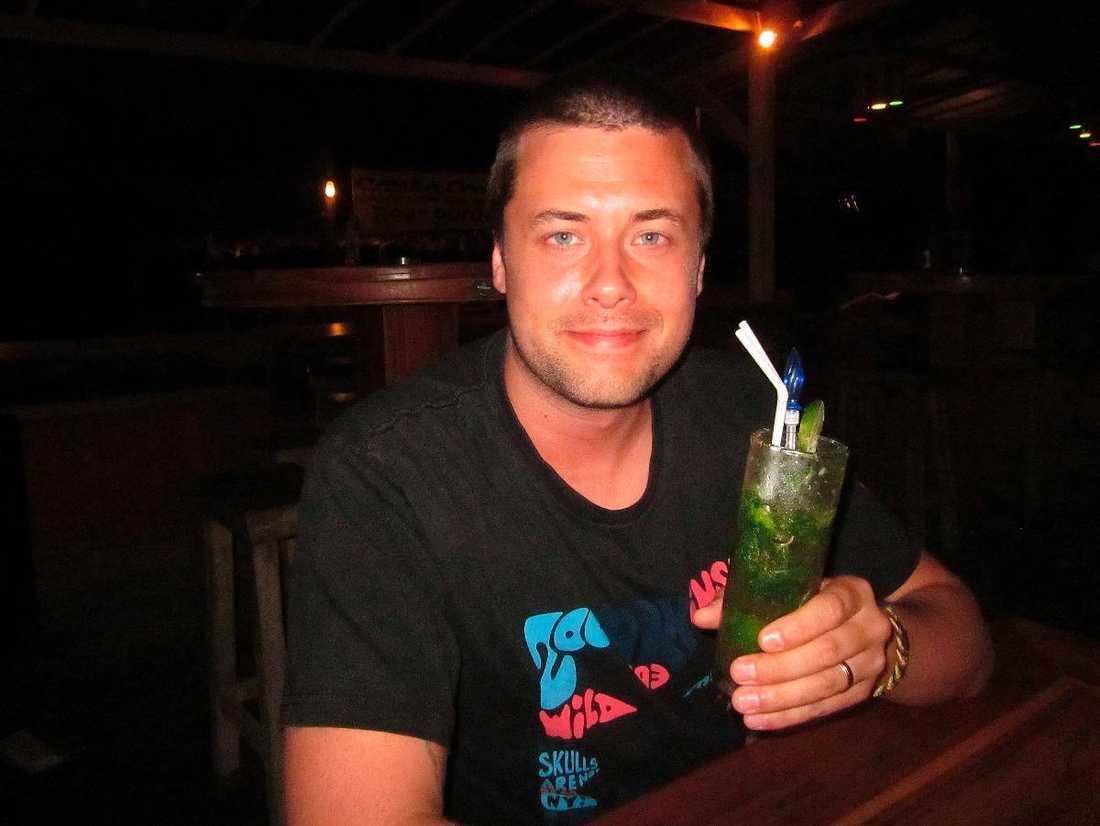 """""""HAN BLEV MÖRDAD"""" Drinken i Johans hand tog hans liv. Det var på den här baren som Johan, som i vanliga fall brukade dricka öl, drack mojitos, som enligt resguiden """"Lonely planet"""" är barens specialitet."""