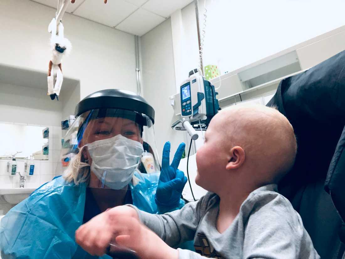 3-årige Gustav har fått vänja sig med att personal och andra har konstiga masker på sjukhuset.