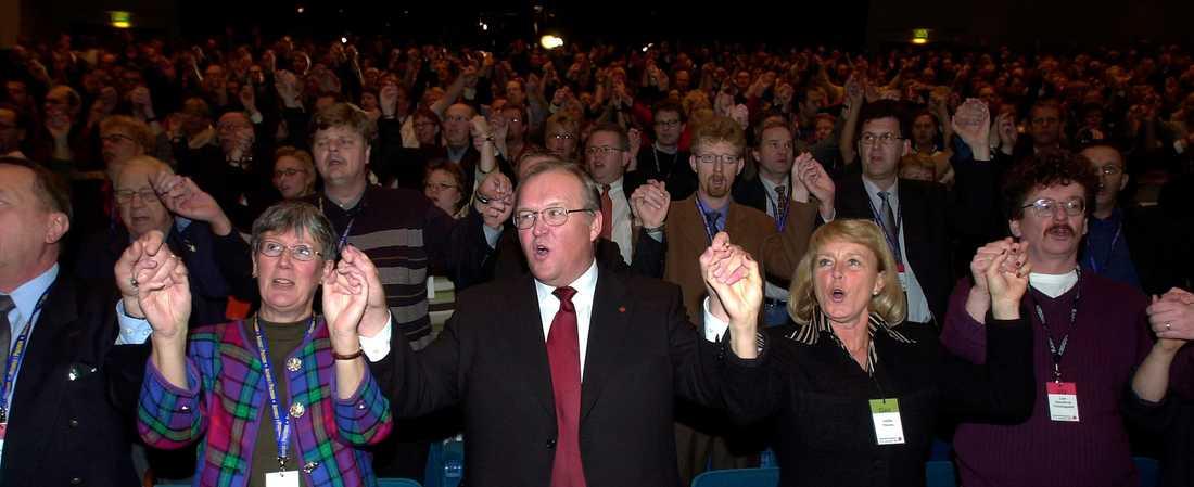 Här börjar ra(s)et.  Lena Hjelm-Wallén, statsminister Göran Persson, Annika Persson och Lars Stjernkvist på Västeråskongressen 2001. Foto: TT