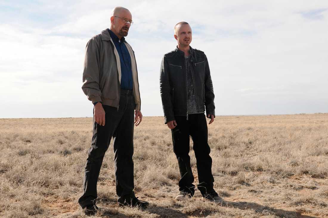 "Bryan Cranston som Walter White och Aaron Paul som Jesse Pinkman i ""Breaking bad."""