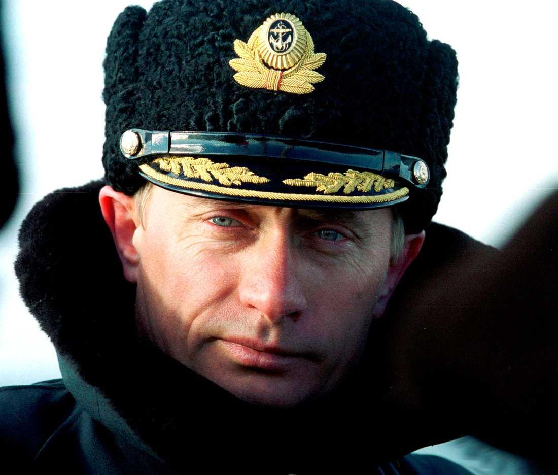 2000 Vladimir Putin, klädd i flottans uniformsmössa och överrock, på besök vid flottövningar nära Severomorsk.