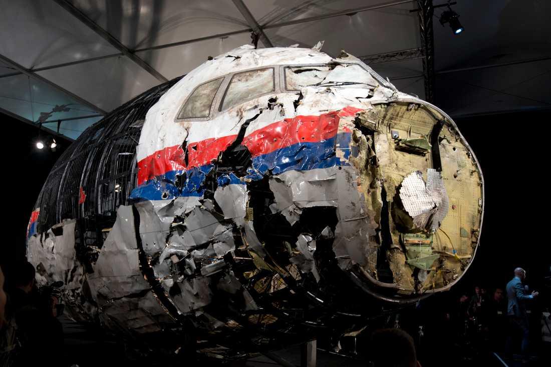 Delar av flygplanet som satts samman igen av utredningen om nedskjutningen över östra Ukraina i juli 2014. Arkivbild.