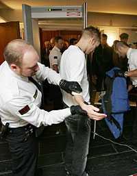 Säkerhetspådraget var stort på fredagsmorgonen, innan rättegången i Lund drog i gång.