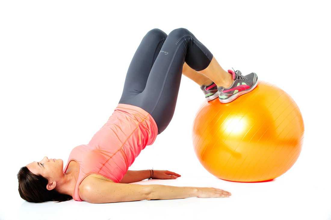 Rulla in bollen mot överkroppen genom att fokusera på att använda rumpmusklerna. Vänd sedan tillbaka. Jobba i 45 sekunder.  Tränar: Rumpa, baksida lår, bål.  Tips! Ingen boll? Placera fötterna på en stol och lyft då enbart höften upp och ner.