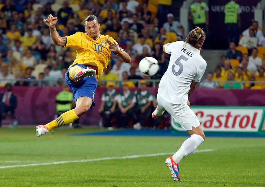 """Zlatan gjorde två mål i EM 2012 och togs med i Uefas """"all star""""-lag. Trots det åkte Sverige ut redan i gruppspelet – men """"Ibras"""" fantastiska mål i den avslutande 2–1-segern mot Frankrike gav plåster på såren. Det akrobatiska numret utsågs till EM:s vackraste fullträff."""