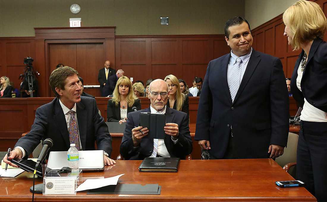 """George Zimmerman sköt i februari 2012 ihjäl Trayvon Martin. Zimmerman tyckte att Martin såg misstänkt ut i sin luvtröja. Han friades eftersom rätten menade att han använt """"proportionerligt våld""""."""