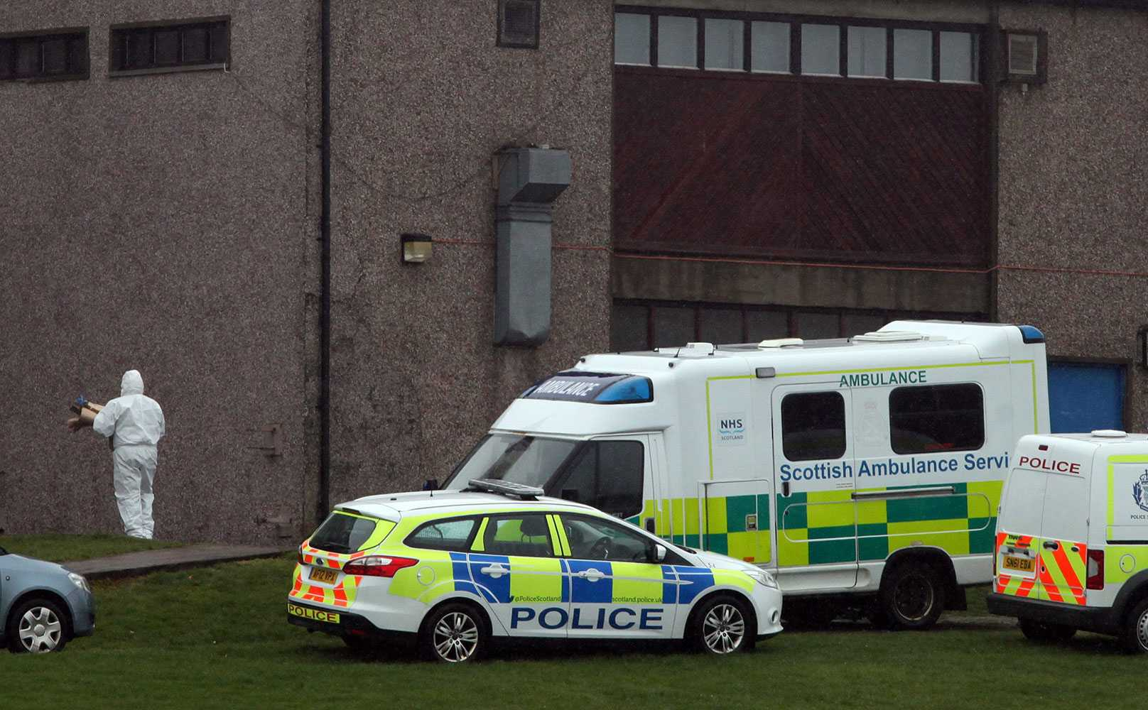 En flicka dog när en vägg kollapsade.