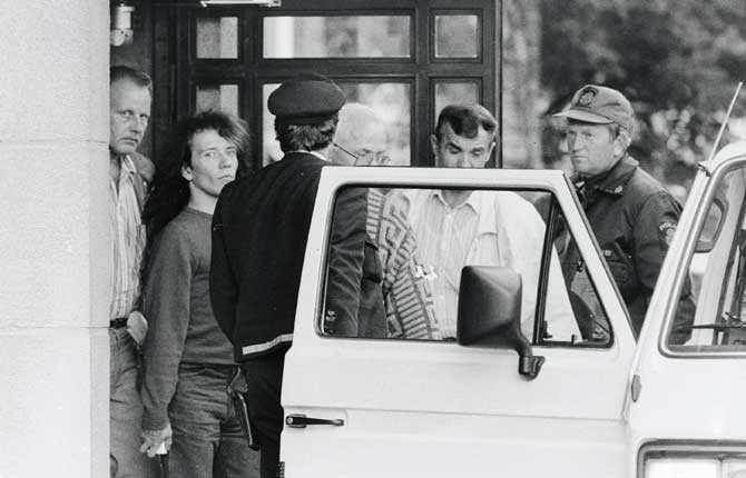 I juli 1988 dödade Juha Valjakkala tre personer i Åmsele. Han och flickvännen Marita greps sedan i Odense, Danmark. Här förs Valjakkala ur rättegångssalen.