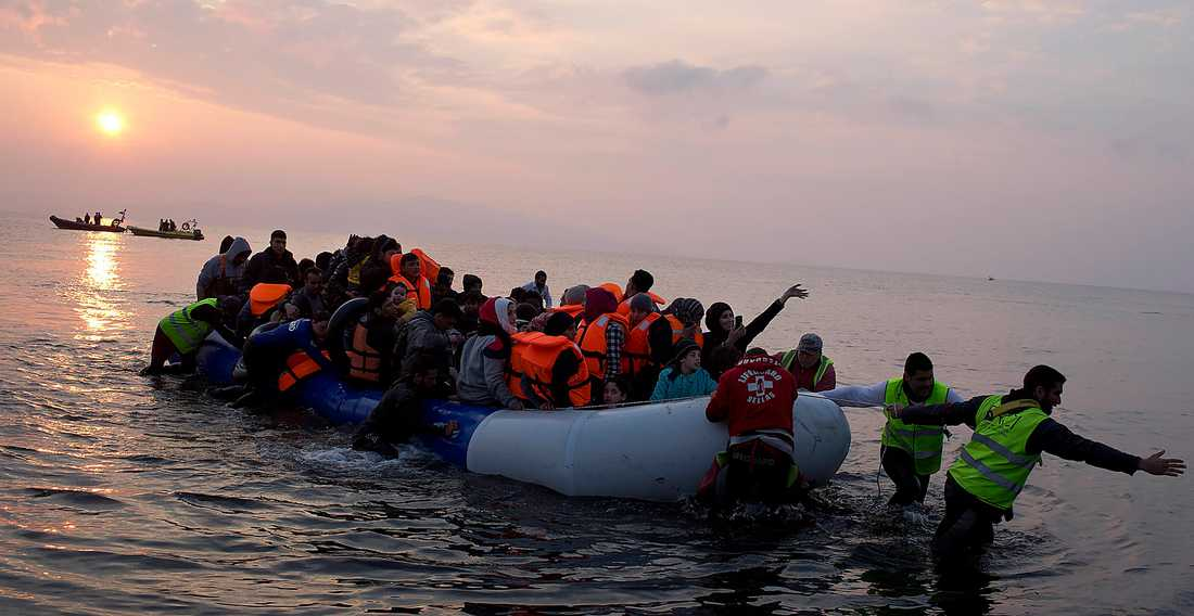 Under 2016 fortsatte flyktingbåtarna anlända till grekiska Lesbos. Enligt UNHCR har 20-25 000 människor tagit vägen över Medelhavet varje månad den senaste tiden. Foto: TT