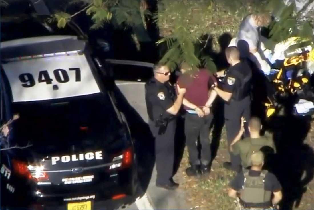 Här grips en person vid skolan av polisen.