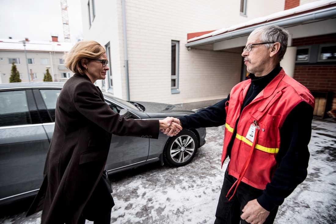 Finlands inrikesminister Paula Risikko anländer till kriscentret som upprättats i Imatra.